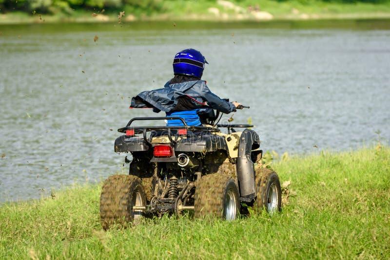 De jongen reist op een ATV stock afbeelding