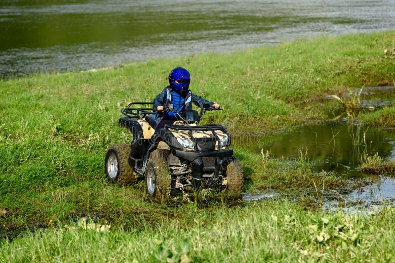 De jongen reist op een ATV royalty-vrije stock afbeeldingen