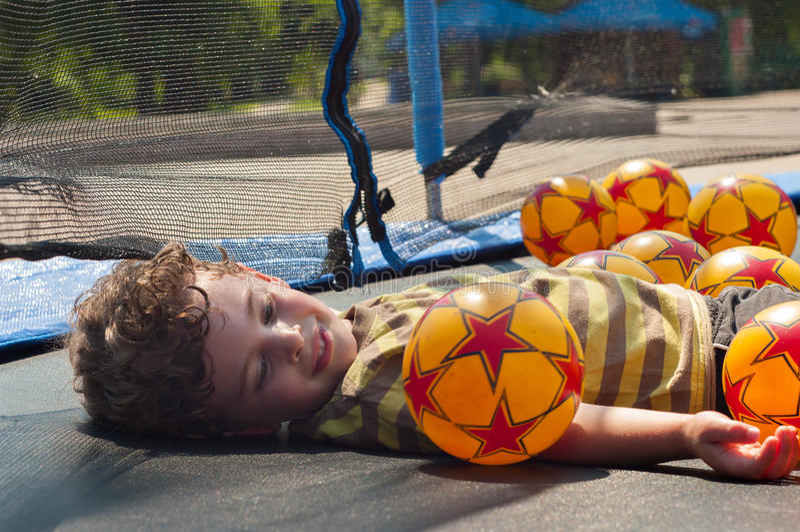 De jongen rust op de trampoline royalty-vrije stock foto