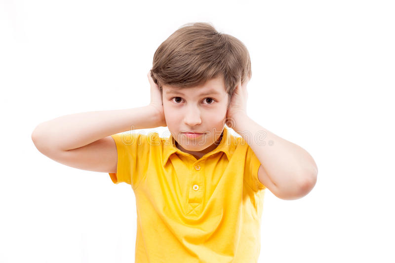 De jongen sluit de oren stock foto