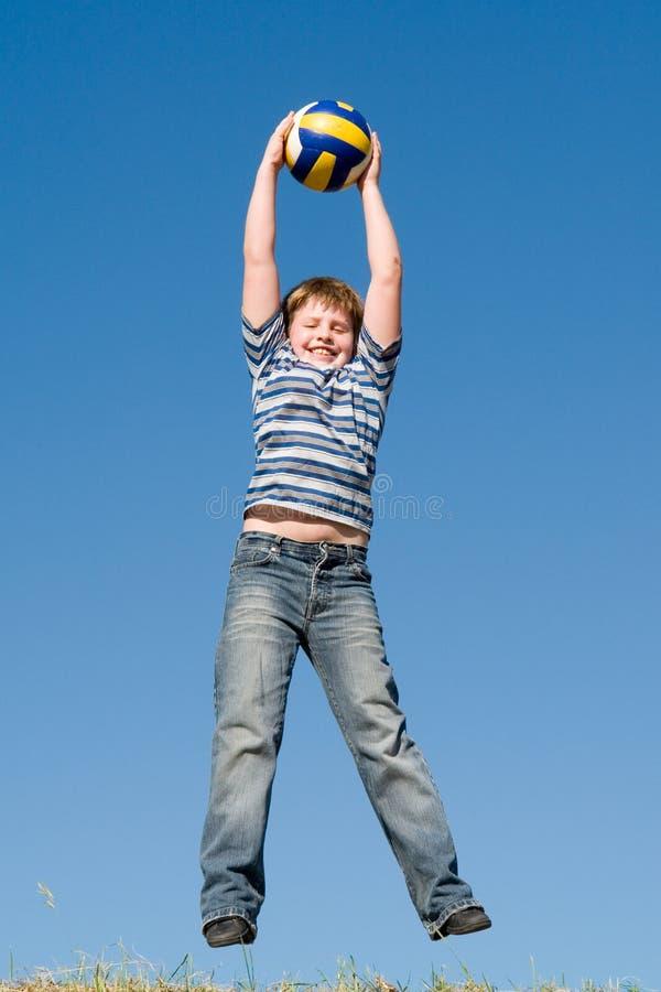 De jongen speelt een bal royalty-vrije stock fotografie