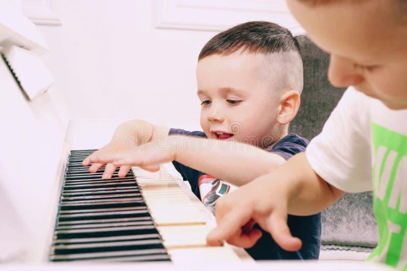 De jongen speelt de piano royalty-vrije stock foto's
