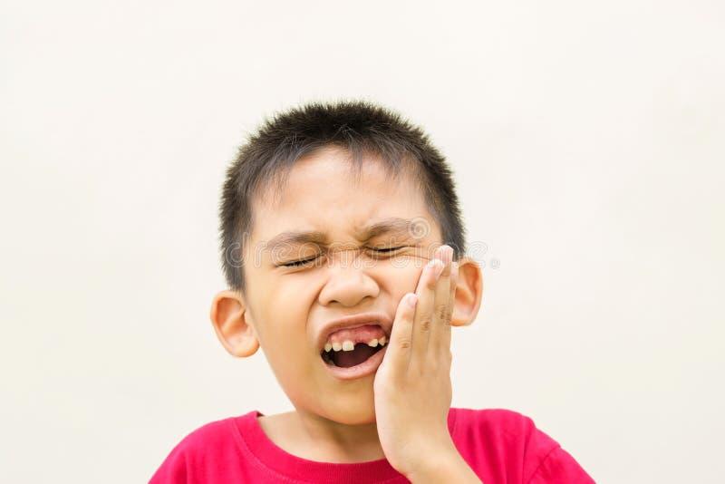 De jongen is tandpijn royalty-vrije stock afbeeldingen