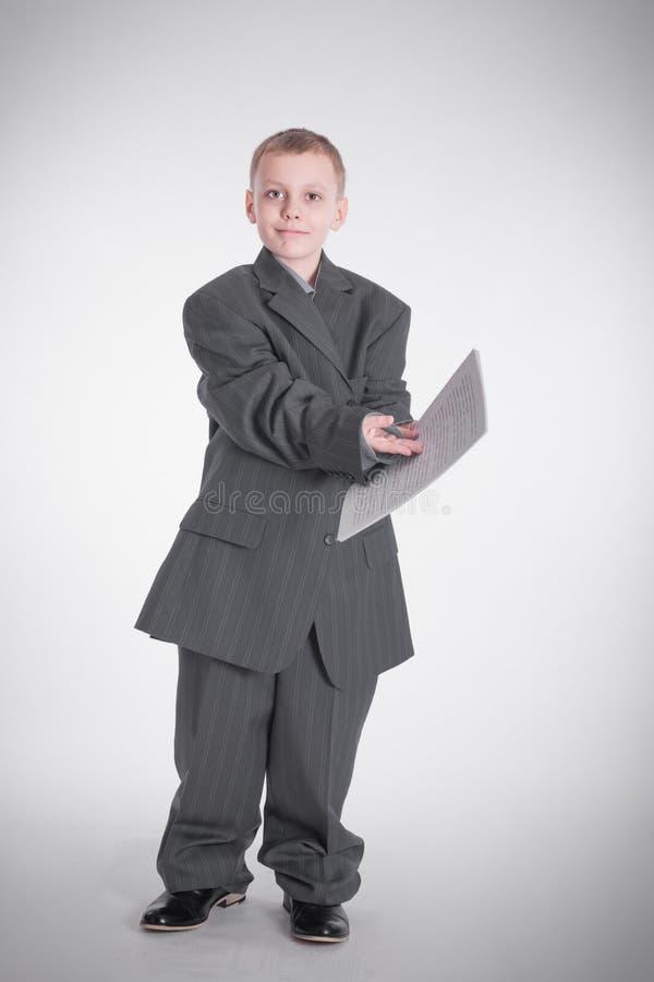 De jongen toont op papier royalty-vrije stock foto's