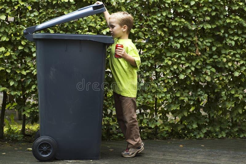 De jongen Trashing A kan stock afbeeldingen
