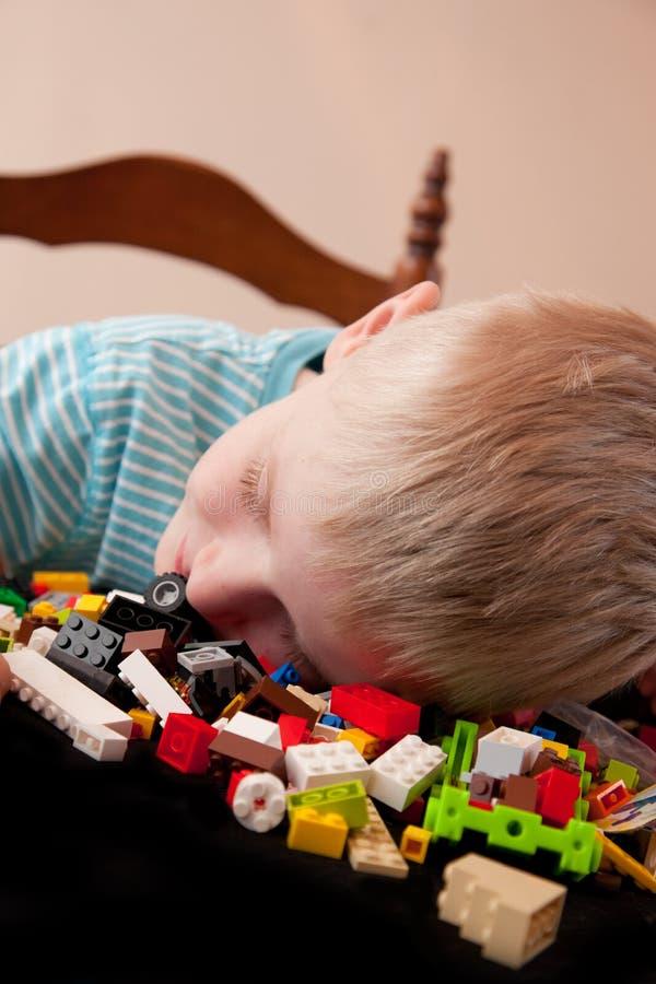 De jongen valt in slaap royalty-vrije stock afbeelding