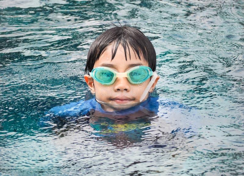 De jongen van Azië bij zwembad stock afbeeldingen