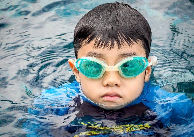 De jongen van Azië bij zwembad royalty-vrije stock foto's