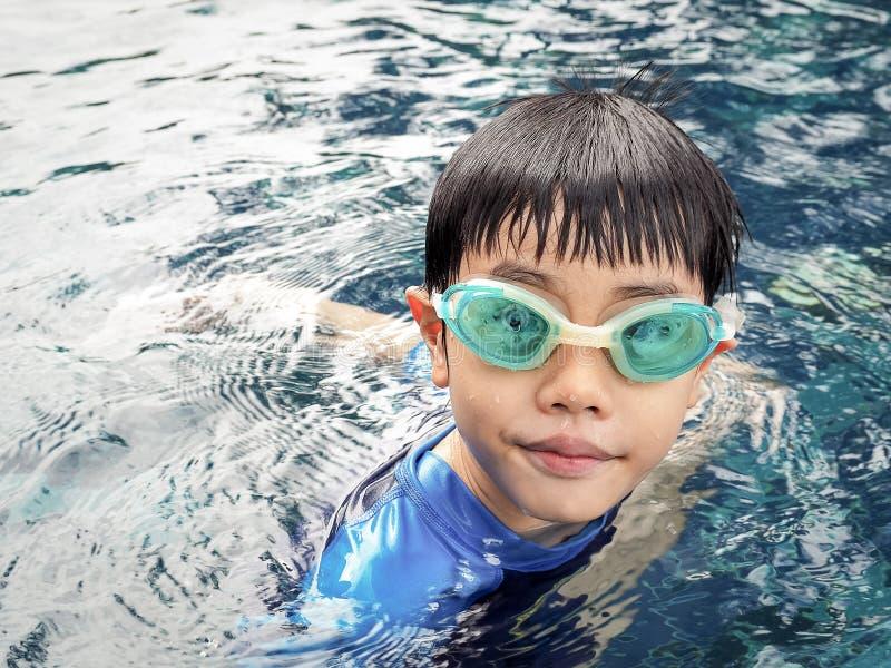 De jongen van Azië bij zwembad stock afbeelding