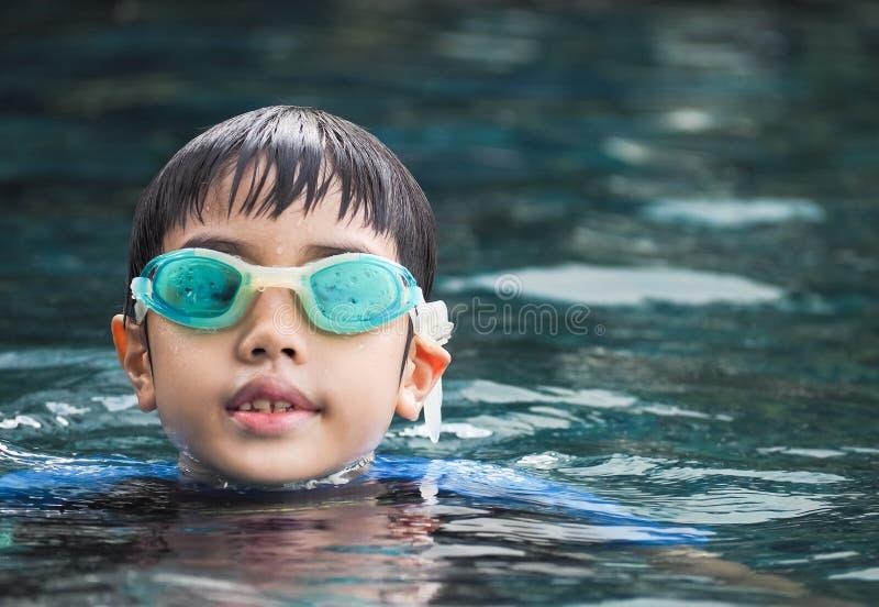De jongen van Azië bij zwembad royalty-vrije stock afbeeldingen
