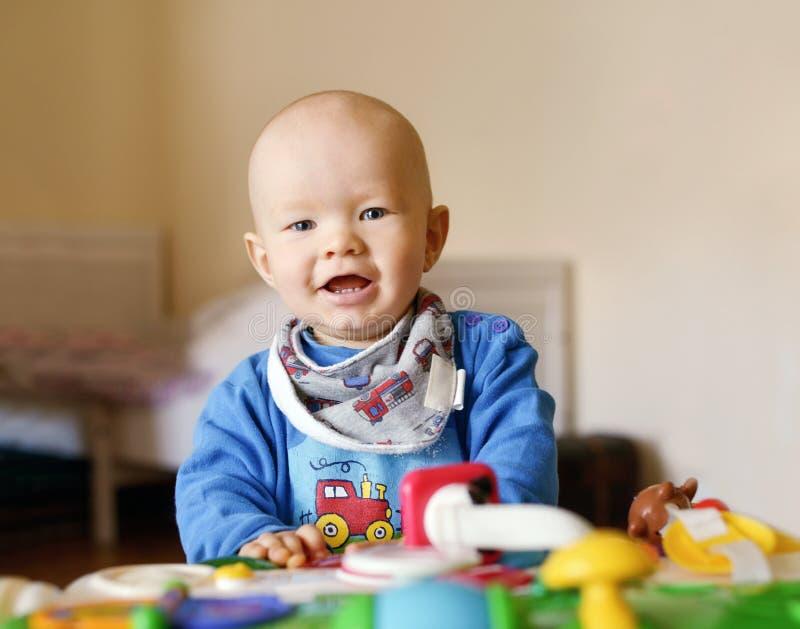 De jongen van de baby het spelen stuk speelgoed royalty-vrije stock foto's