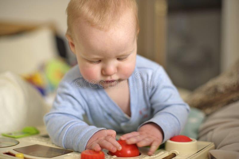 de jongen van de 7 maand het oude baby spelen royalty-vrije stock foto