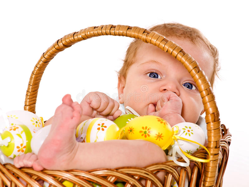 De jongen van de baby in de mand van Pasen royalty-vrije stock foto