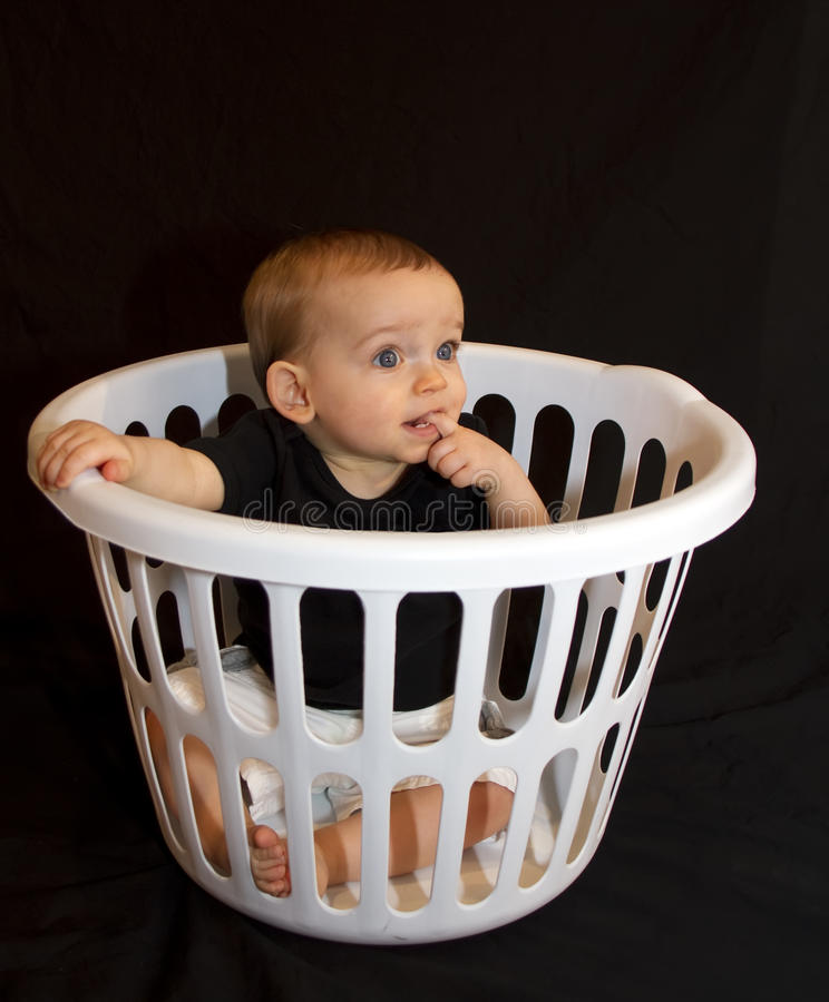 De Jongen van de baby in een Mand royalty-vrije stock afbeeldingen