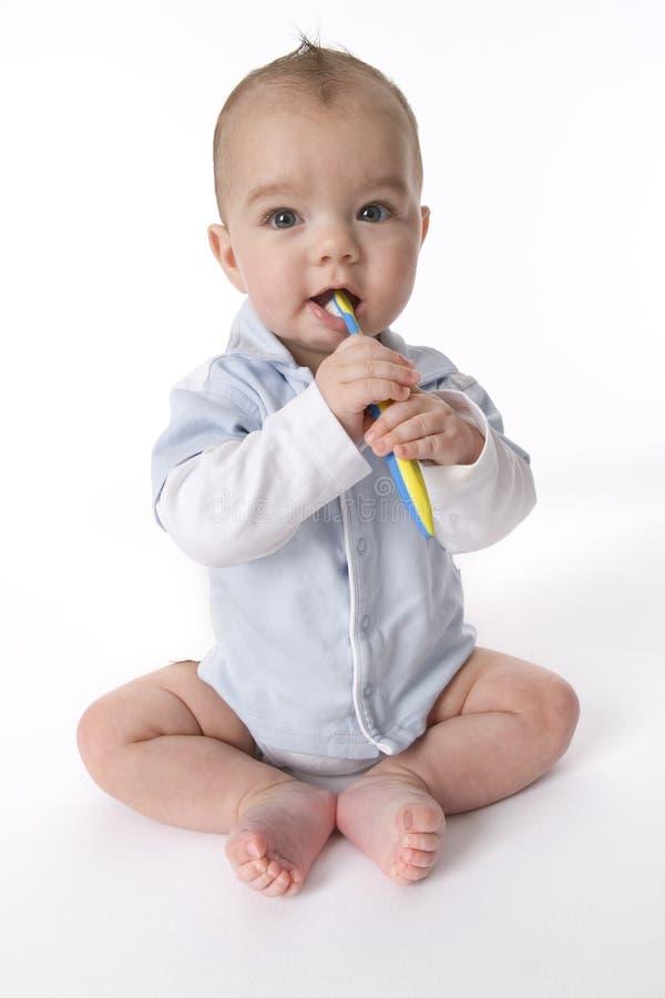 De jongen van de baby het borstelen tanden stock afbeeldingen