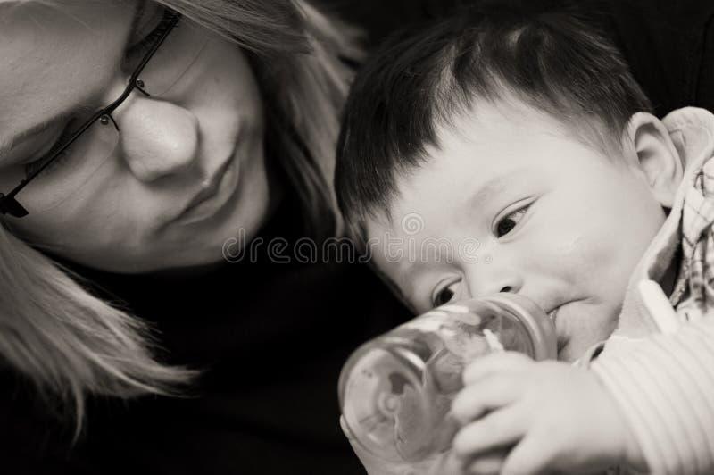 De jongen van de baby het drinken stock foto