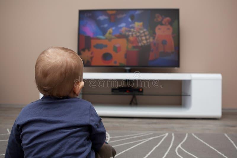 Download De Jongen Van De Baby Het Letten Op Televisie Stock Afbeelding - Afbeelding bestaande uit huis, binnen: 29509827