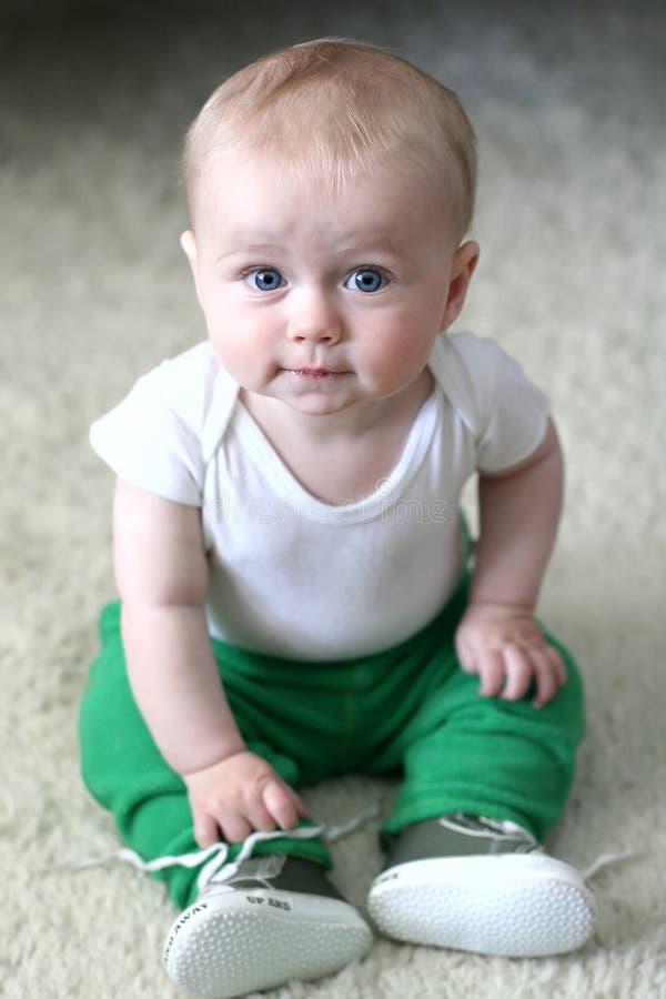 De jongen van de baby met blauwe ogen stock foto's