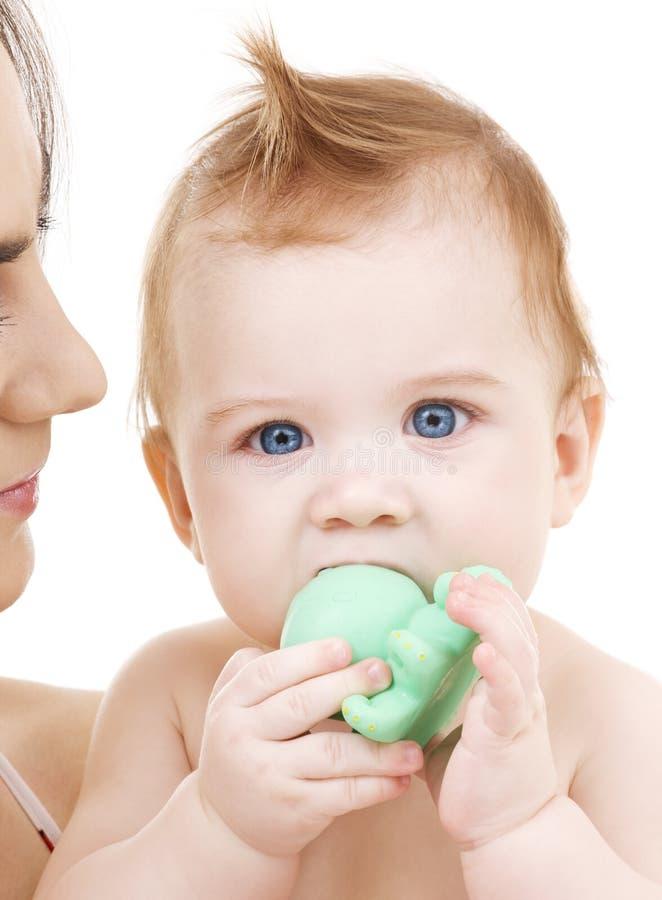 De jongen van de baby met groen plastic stuk speelgoed stock foto