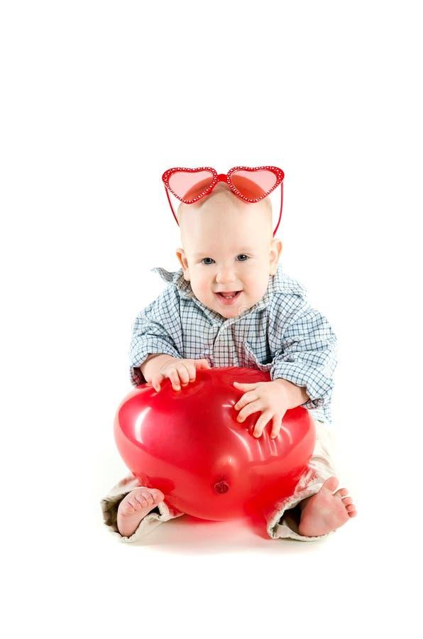 De jongen van de baby met hart gevormde ballon royalty-vrije stock foto's