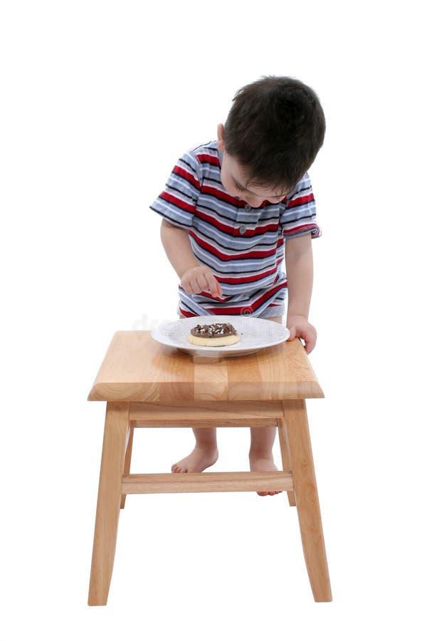De Jongen van de baby met het Chocolade Bevroren Koekje van de Suiker over Wit royalty-vrije stock afbeelding