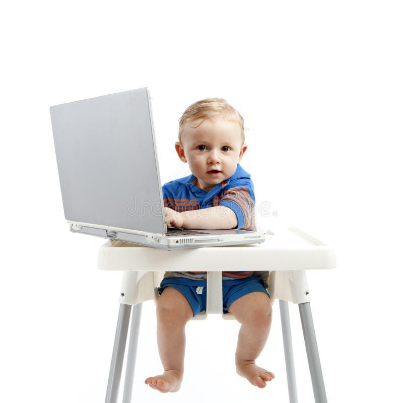 De jongen van de baby met laptop stock afbeeldingen