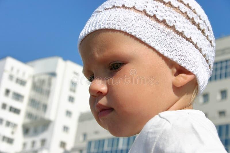De jongen van de baby op een gang stock foto