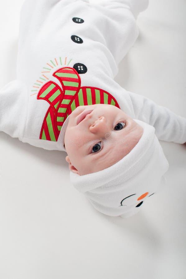 De jongen van de baby in sneeuwmankostuum het letten op op u royalty-vrije stock fotografie