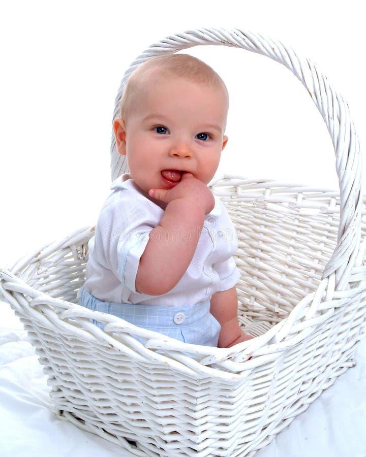 De Jongen van de Baby van het tandjes krijgen in Mand royalty-vrije stock afbeeldingen