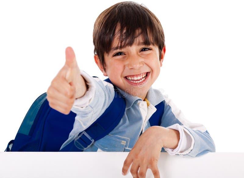 De jongen van de kleuterschool het tonen beduimelt omhoog stock foto