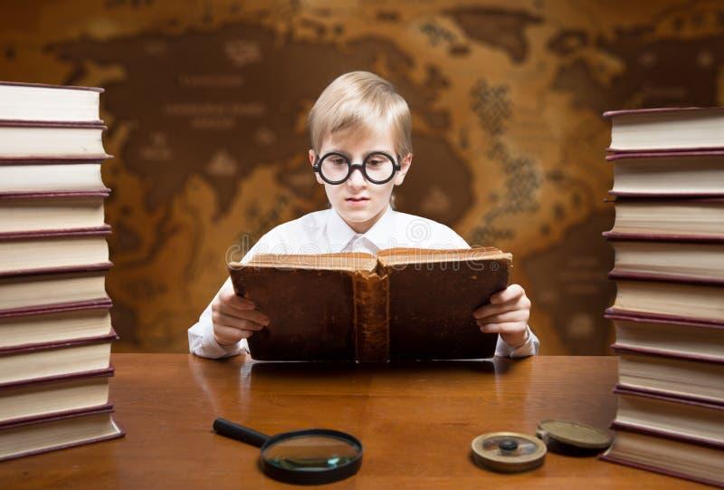De jongen van de lezing royalty-vrije stock foto
