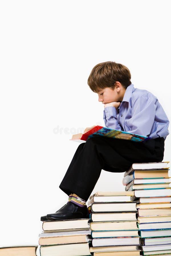 De jongen van de lezing royalty-vrije stock afbeelding
