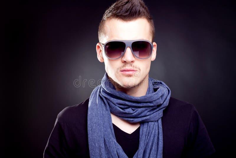De jongen van de manier in zonnebril stock afbeeldingen