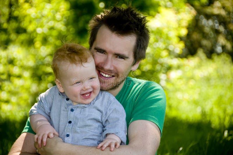 De jongen van de papa en van de baby in openlucht royalty-vrije stock afbeeldingen