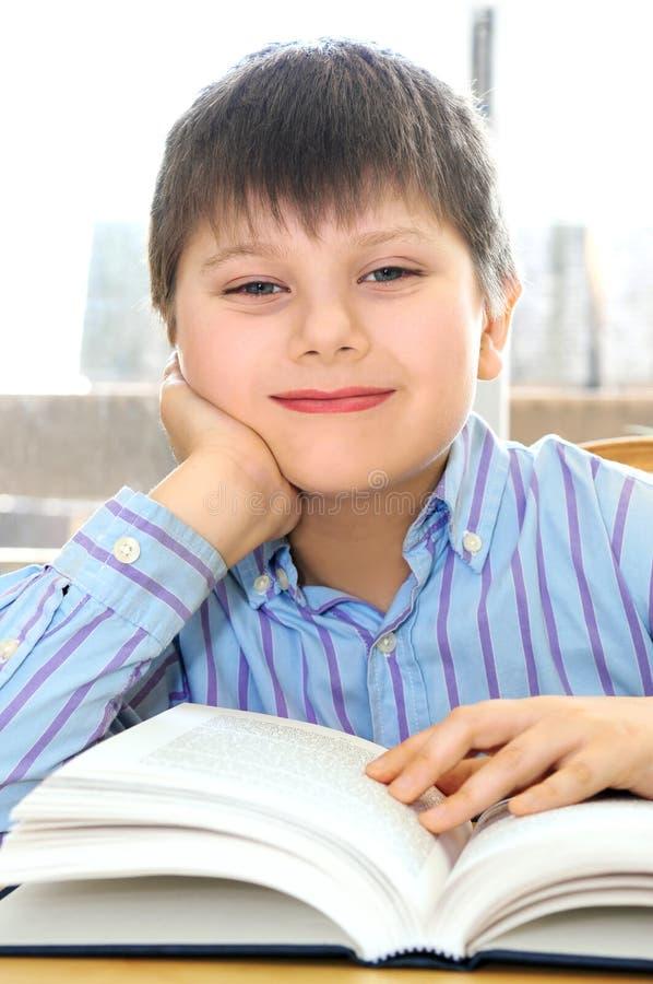 De jongen van de school het bestuderen stock afbeeldingen