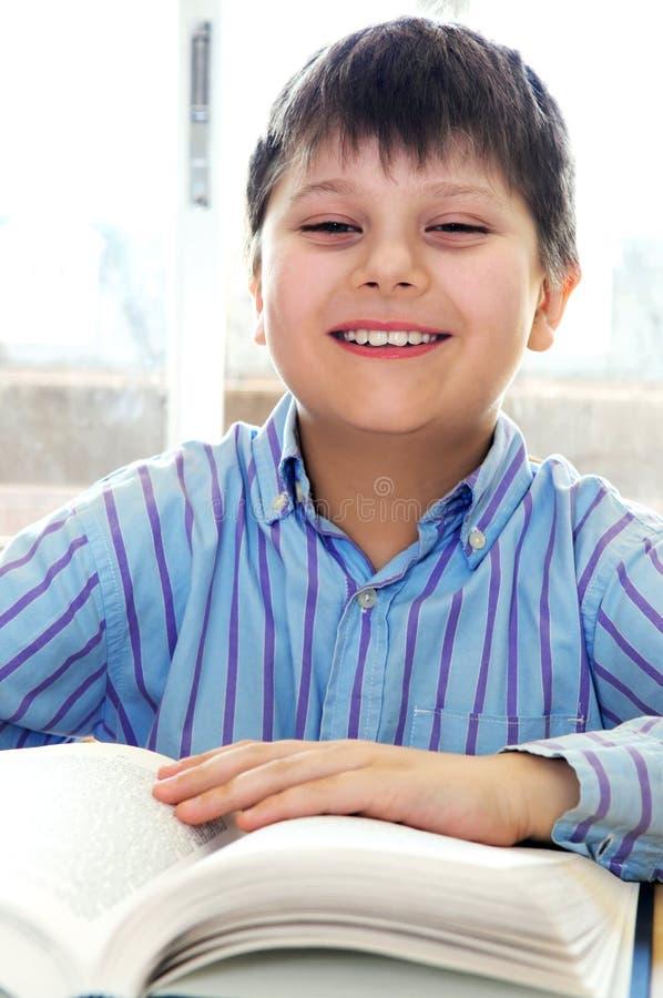 De jongen van de school het bestuderen stock foto's