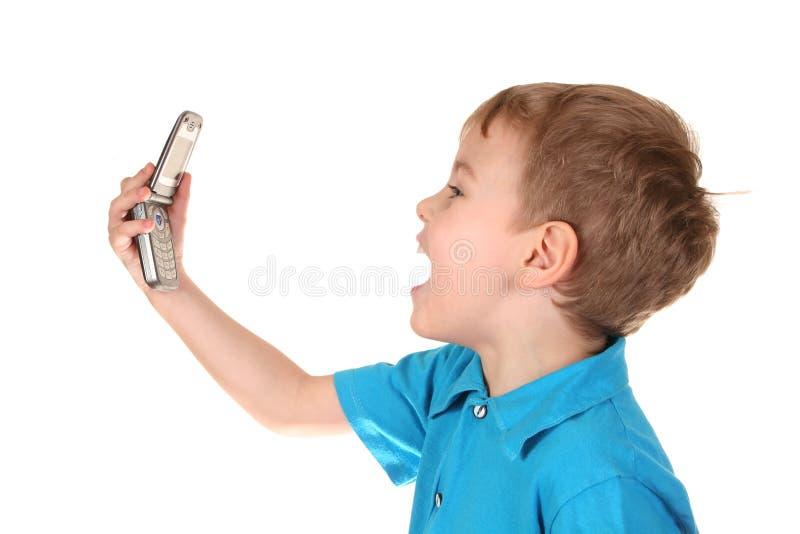 De jongen van de schreeuw met telefoon stock foto