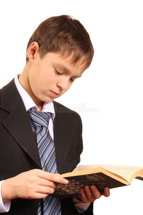 De jongen van de tiener met een open boek stock afbeelding