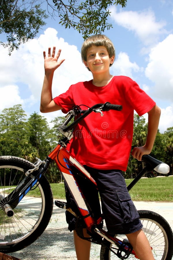 De jongen van de tiener met fiets stock foto's
