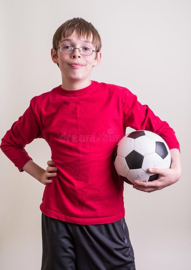 De Jongen van de Tiener van de atleet met de Bal van het Voetbal royalty-vrije stock foto's
