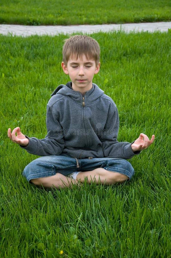 De jongen van de yoga stock fotografie