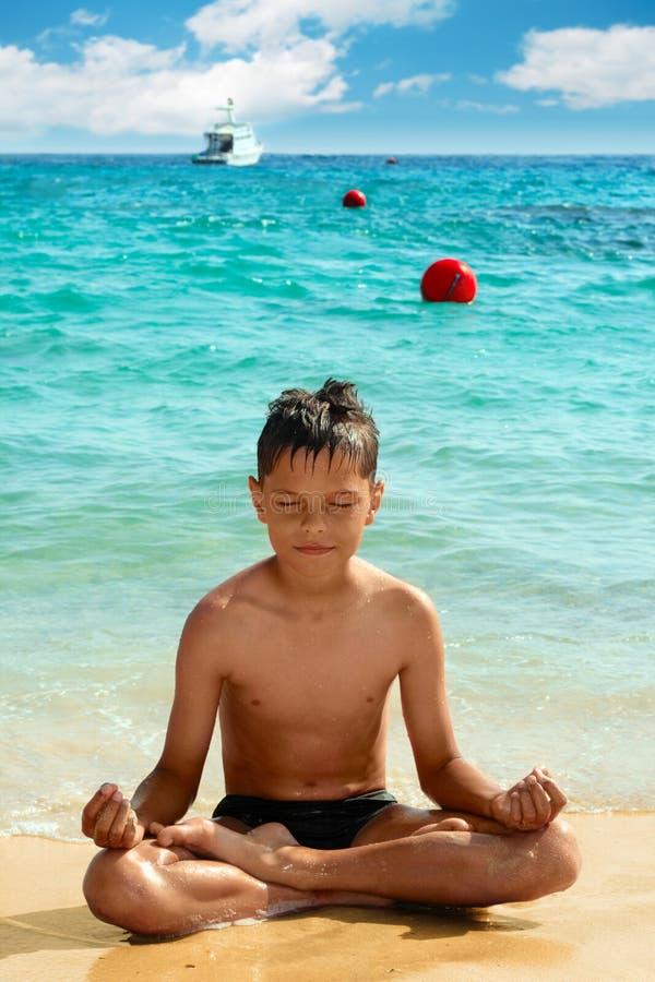 De jongen van de yoga royalty-vrije stock afbeeldingen
