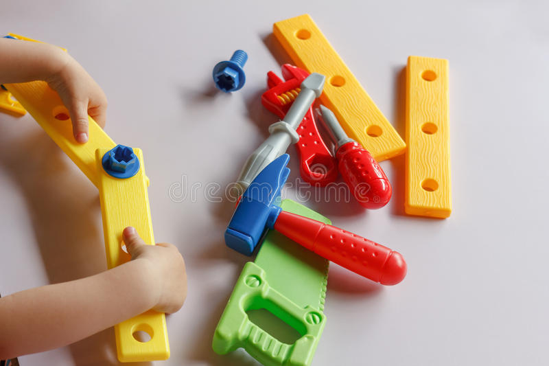 De jongen van het jong geitjekind het spelen met speelgoed royalty-vrije stock afbeelding