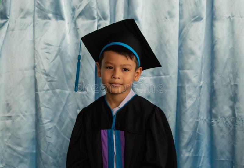 De jongen van kleuterschool een diploma die wordt behaald die royalty-vrije stock fotografie