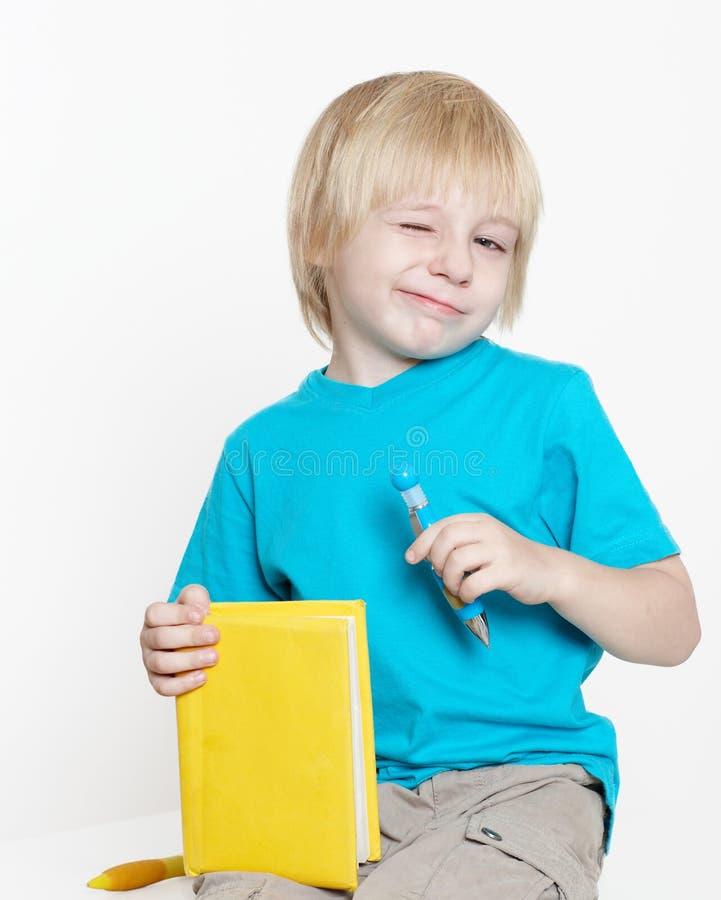 De jongen van peuterleeftijd met boek royalty-vrije stock foto