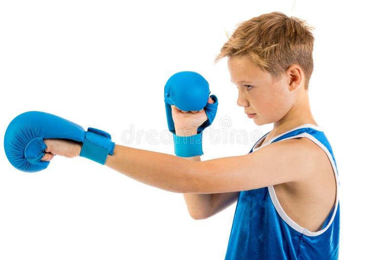 De jongen van de pre-tienerbokser met bokshandschoenen stock afbeeldingen