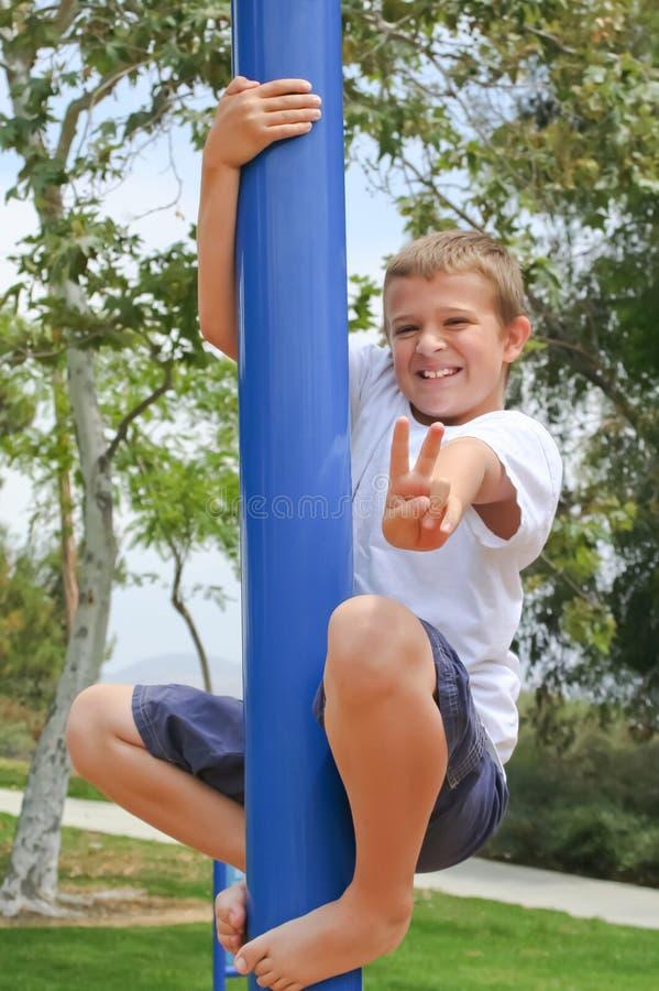 De jongen van Preteen met overwinning/vredesteken royalty-vrije stock foto