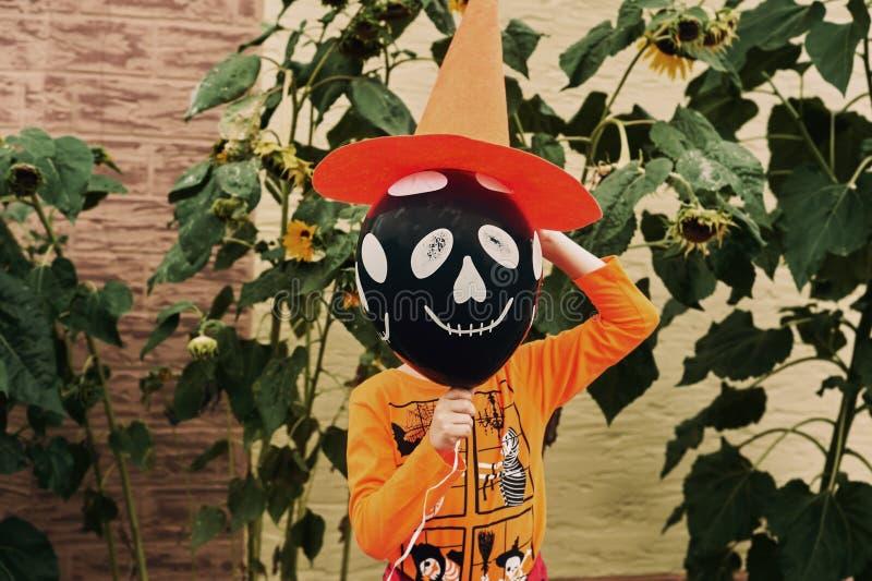 De jongen is vrolijk op de dag van Halloween royalty-vrije stock foto's