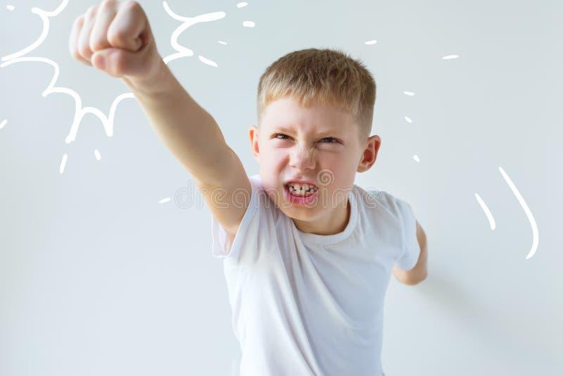 De jongen in wit overhemd met uitgestrekt omhoog wapen stock afbeelding