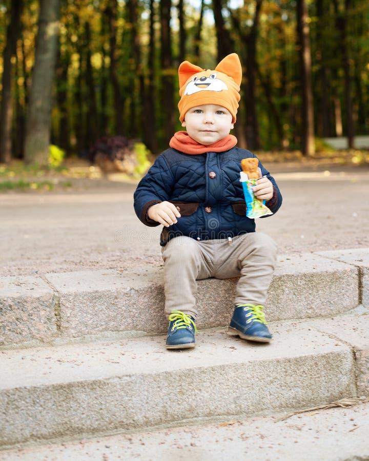 De jongen zit op de treden royalty-vrije stock foto's